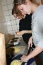 Živa in Tina pri rezanju krompirja